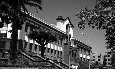 Edificio antiguo de la ULL, en el campus central. / CANARIAS3PUNTOCERO