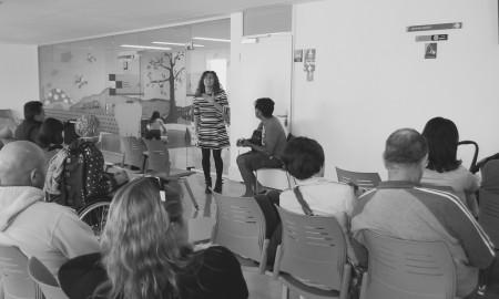 Esther Ovejero canta en la sala de espera de Consultas de Pediatría del HUC