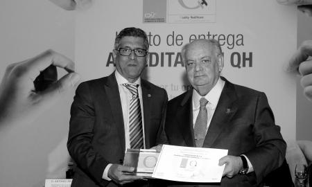 Mario Rodríguez (dcha), presidente del DIMEC, SA y Hospitales San Roque, durante la recepción de la Acreditación QH