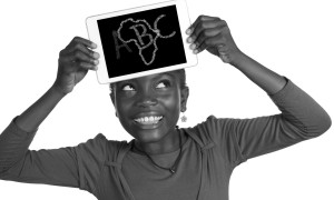 Afrikanisches Mädchen mit Minitablet ABC, Studio Shot