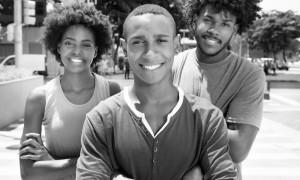 Drei coole afrikanische Jugendliche in der Stadt