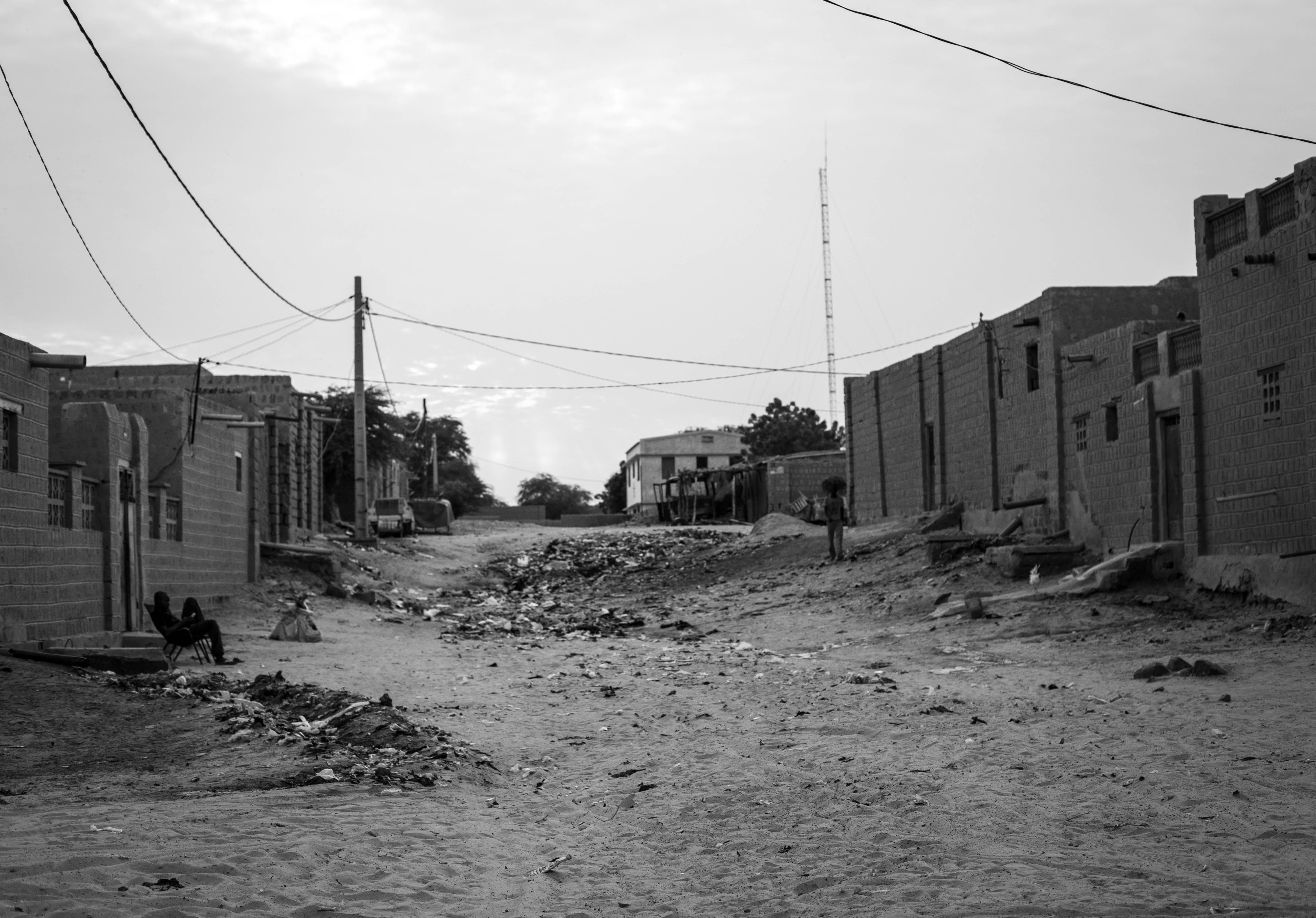 Una de las calles del barrio de Hamabangou, donde pueden apreciarse los residuos entremezclados con la arena