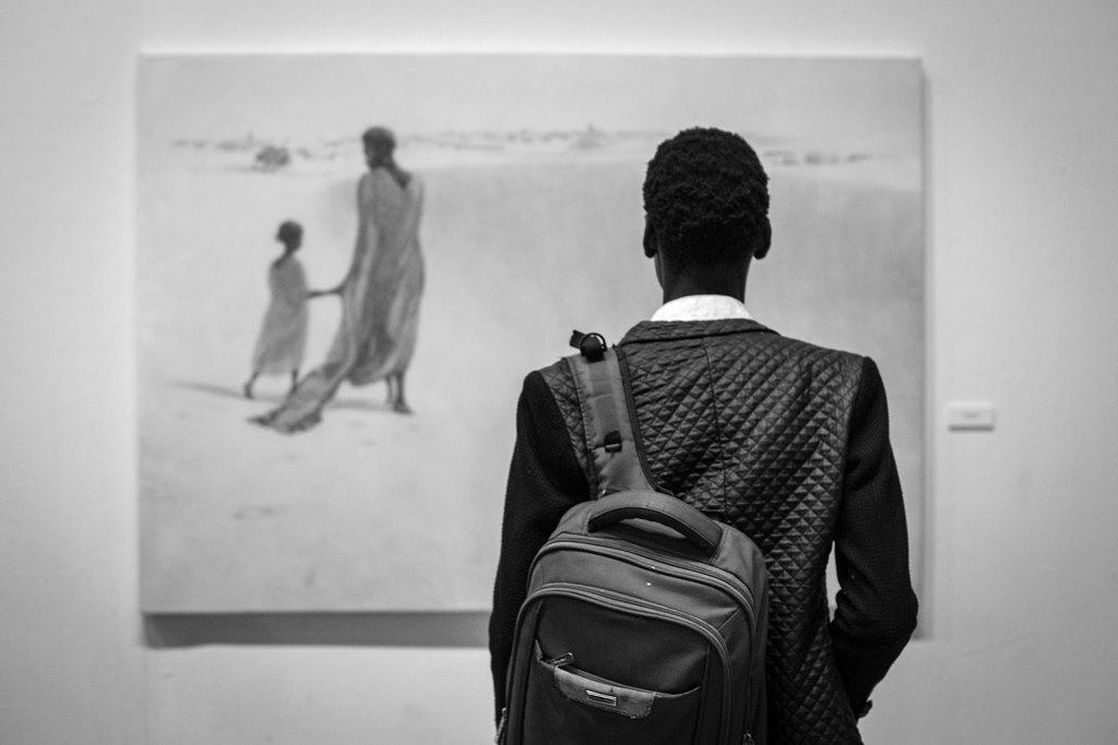Un joven observa uno de los cuadros expuestos de Irene López de Castro en el Museo Nacional de Mali, en Bamako