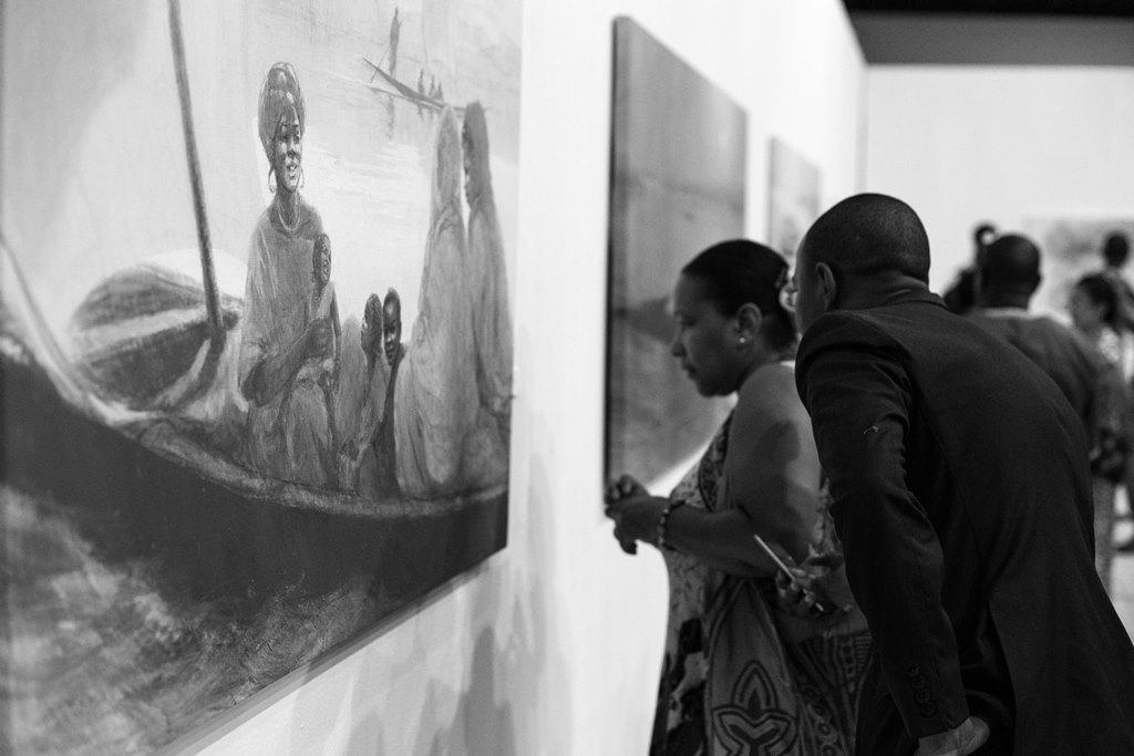Una pareja contempla uno de los cuadros expuestos de Irene López de Castro en el Museo Nacional de Mali, en Bamako