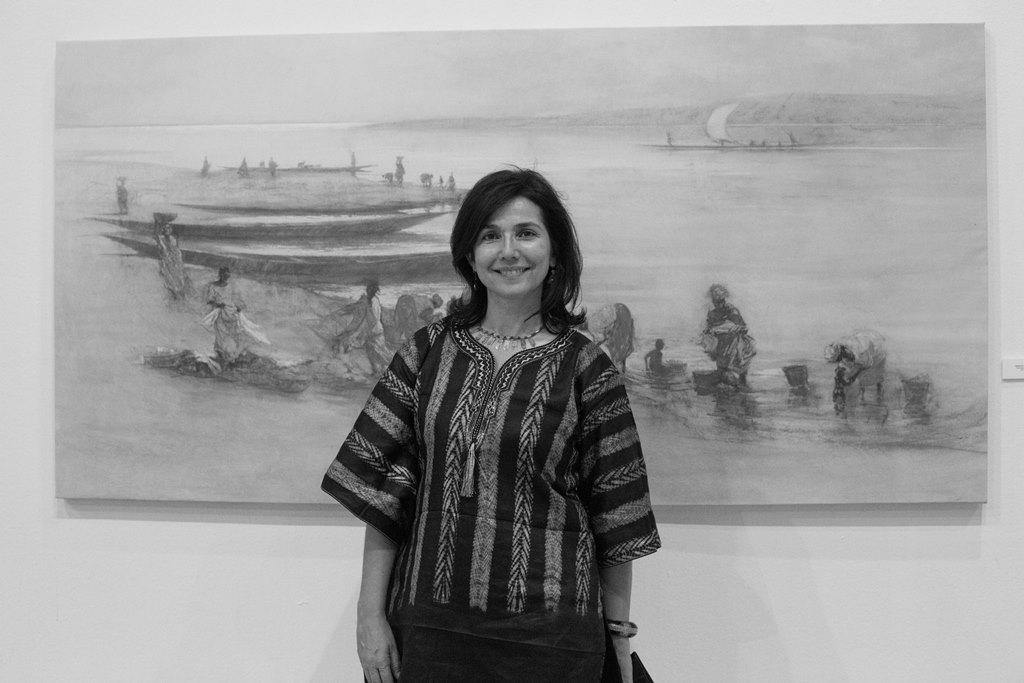 Irene López de Castro posa delante de una de sus obras