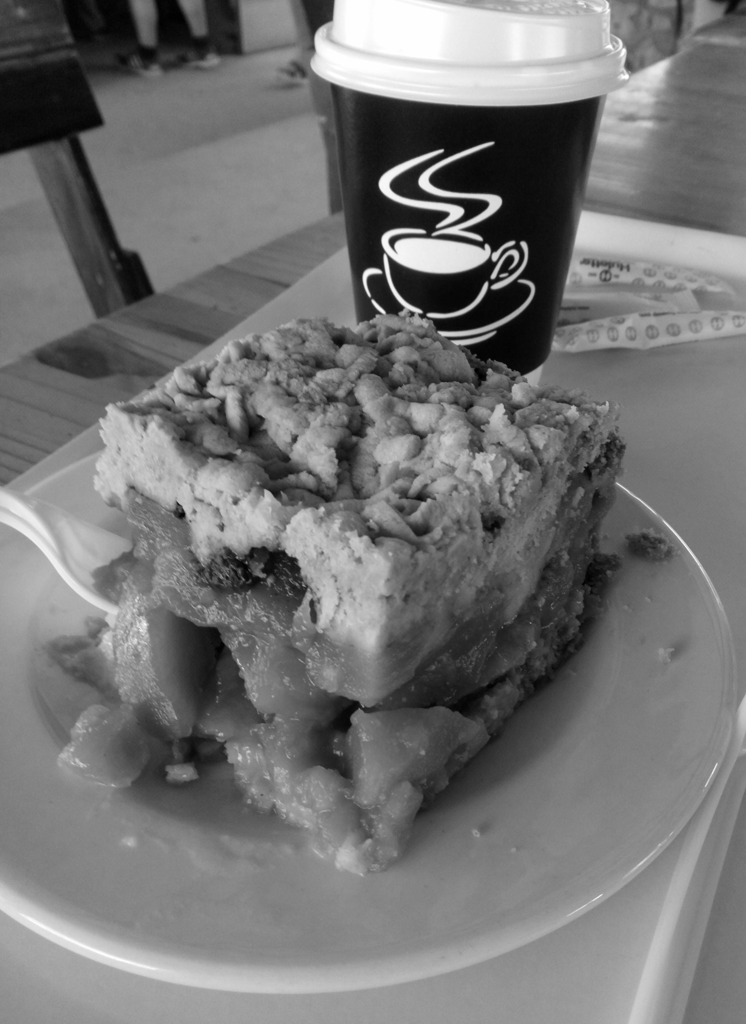 café y tarta de manzana en blanco y negro