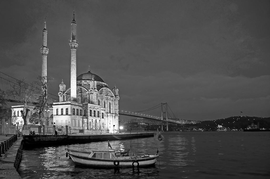 Mezquita y estrecho del Bósforo, al anochecer en Estambul, Turquía