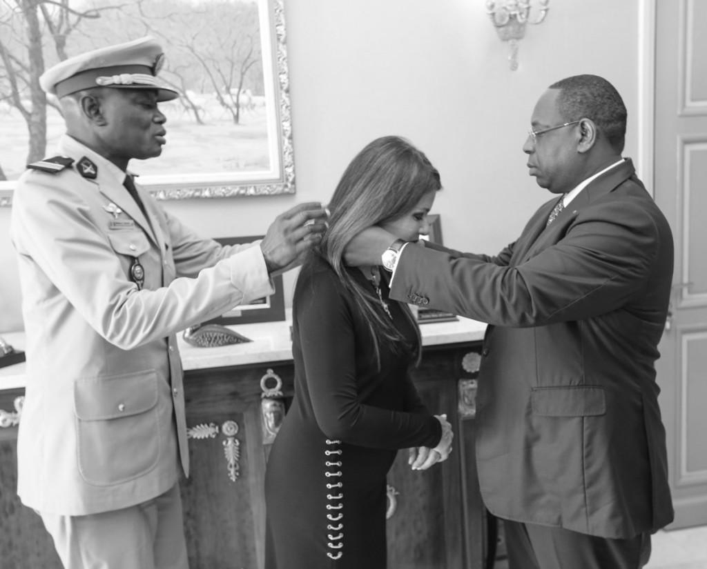 El presidente de la República de Senegal, MackySall, entregó en su Palacio Presidencial, en Dakar, la Orden Nacional del León, con el grado de comandante, a la consejera de Acción Exterior del Cabildo de Tenerife, Delia Herrera, por su compromiso en favor de la cooperación con Senegal desde 2011