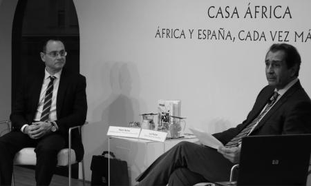 Pedro Baños (militar y autor del libro 'Así se domina el mundo', junto al director de Casa África, Luis Padrón