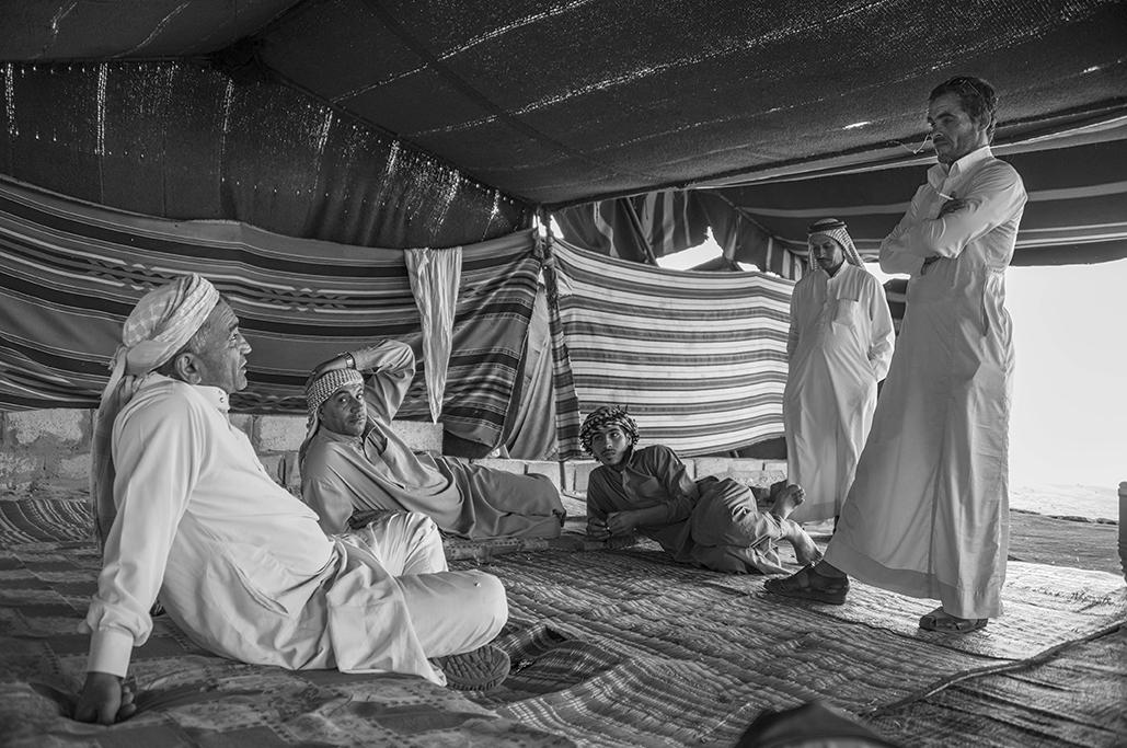Nómadas en el interior de una de las tiendas de un campamento del desierto