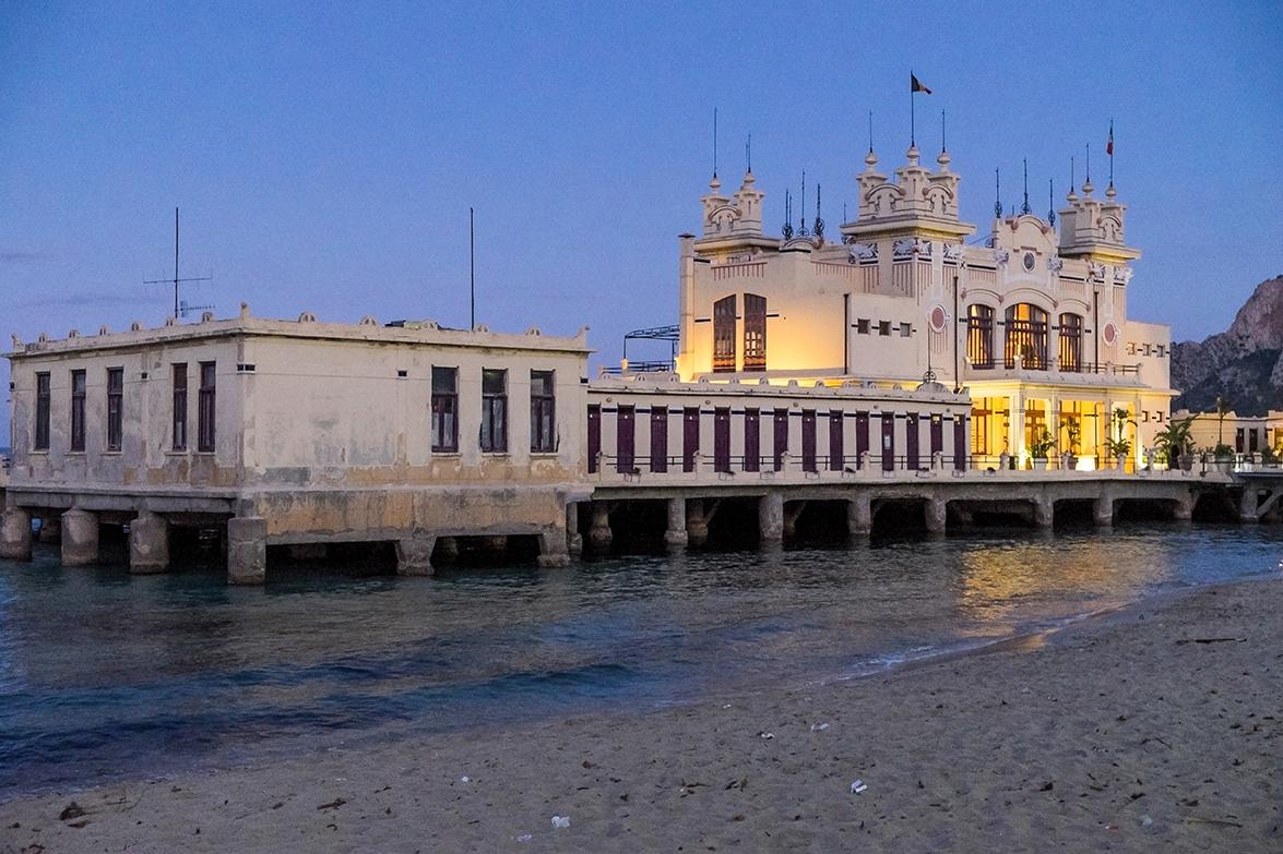 Foto al atardecer del Balneario de Mondelo, en la costa norte de Sicilia