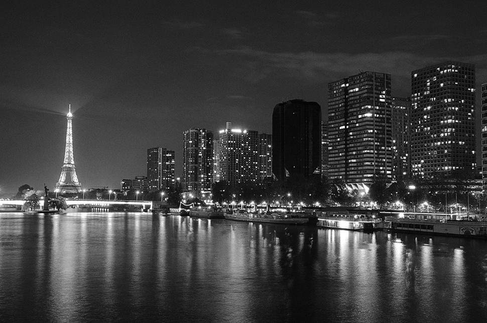 Vista nocturna del río Sena con la torre Eiffel iluminada