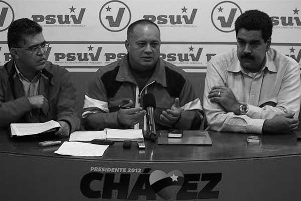 Elías Jaua(1i) y Diosdado Cabello (c) junto al presidente Nicolás Maduro en una asamblea del PSUV (chavismo)
