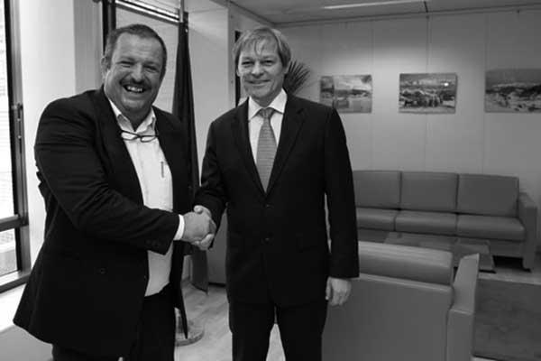 Foto de archivo de Rafael Hernández, presidente de COAG-Canarias, con el comisario Dacian Ciolos. / Gofiosfera