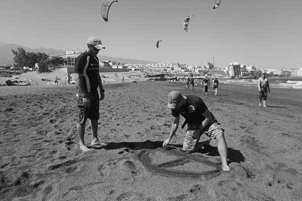 Sergio Ramírez, a la derecha, en la playa granadillera. / CANARIAS3PUNTOCERO
