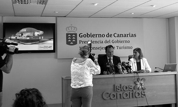 Ricardo Fernández de la Puente, viceconsejero de Turismo, y María Méndez, gerente de Promotur, ayer en la rueda de prensa. / CANARIAS3PUNTOCERO
