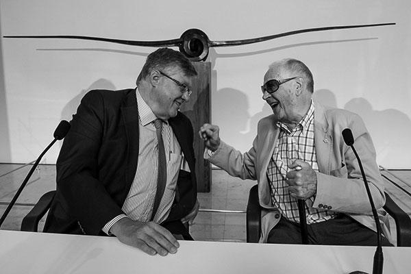 Alberto Delgado, presidente de la entidad organizadora, y Martín Chirino, escultor. / FUNDACIÓN CAJACANARIAS