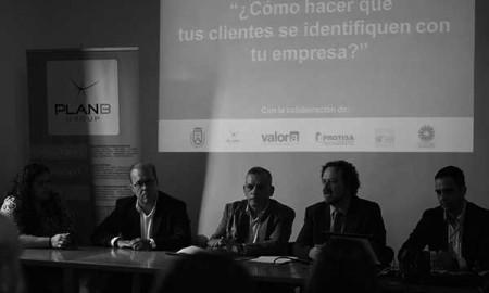 En el centro, Efraín Medina; a su izquierda, Alberto Santana, y a la derecha de aquél, Juan Antonio Alonso, ayer. / CANARIAS3PUNTOCERO