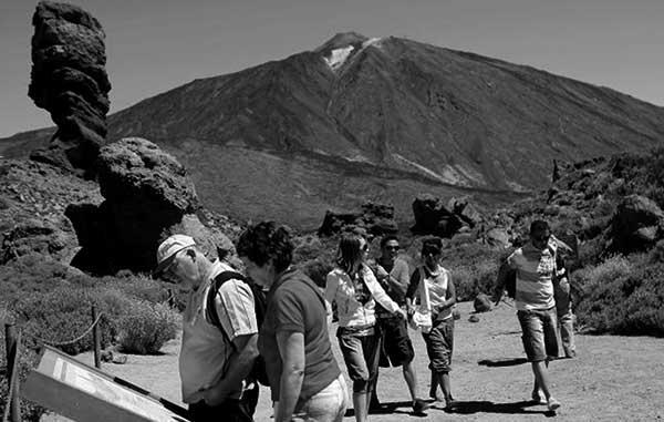 Visitantes a la isla de Tenerife, en el Teide. / CANARIAS3PUNTOCERO