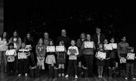Foto de familia con los niños distinguidos en 2014. / FUNDACIÓN CAJACANARIAS