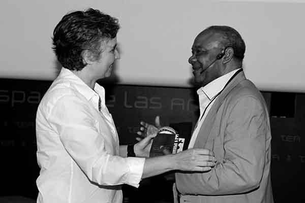 La directora del SILA Ángeles Alonso entrega el premio a Donato Ndongo