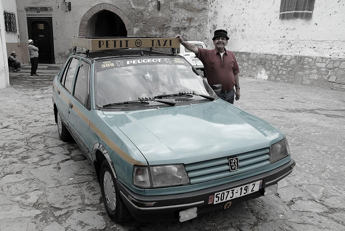 Mohamed y su Petit Taxi, en la Medina de Tánger.