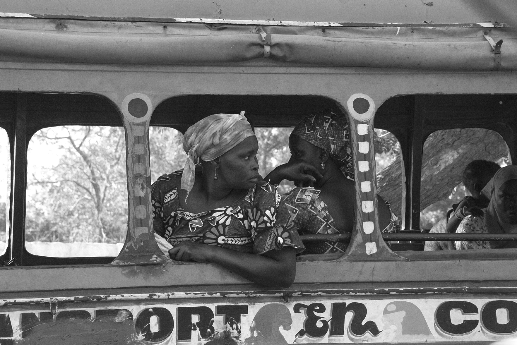 Mujeres en el interior de un car-rapide, en las calles de Dakar