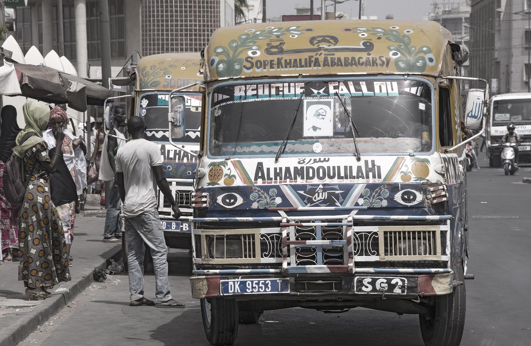 Coloridos car-rapid, en una estación de Dakar
