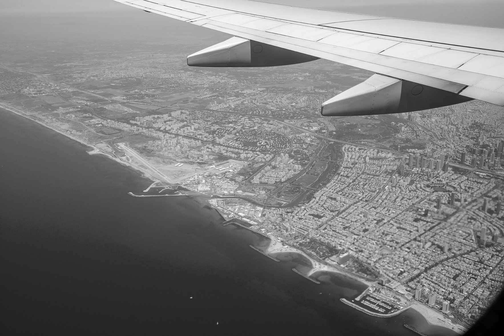 Vista de la costa de Tel-Aviv y una parte del ala del avión