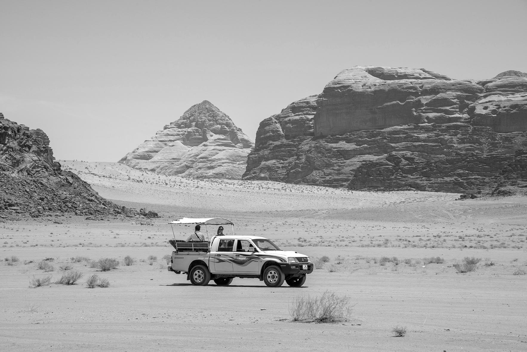 Recorriendo el desierto en las pick-up de los nómadas de la zona