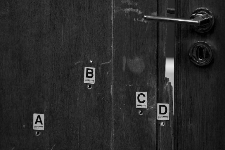 puerta agujereada: REUTERS via https://www.cbsnews.com/news/oscar-pistorius-shots-in-the-dark/