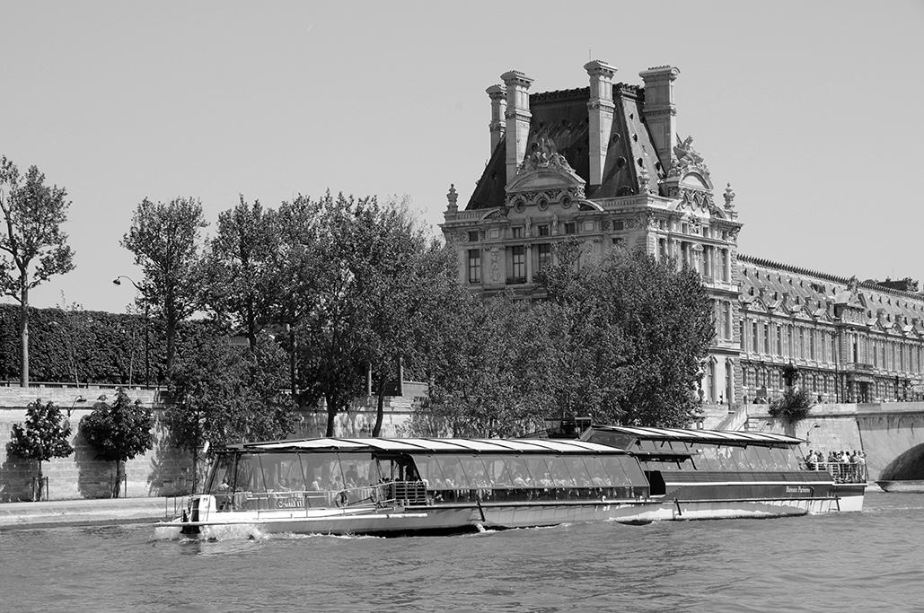 Batobus navegando por el río Sena
