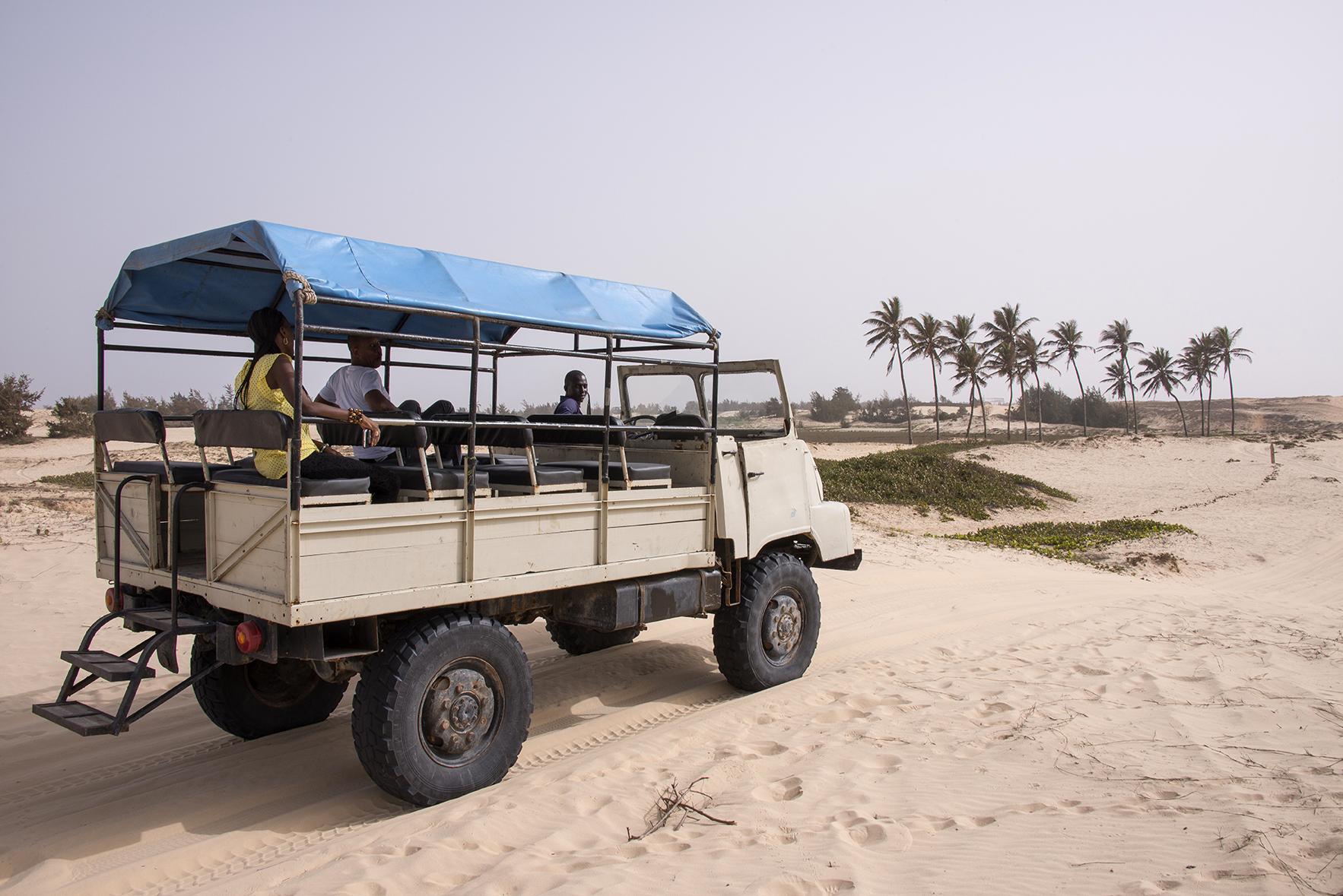 Camión todo-terreno en la costa cercana al Lago Rosa
