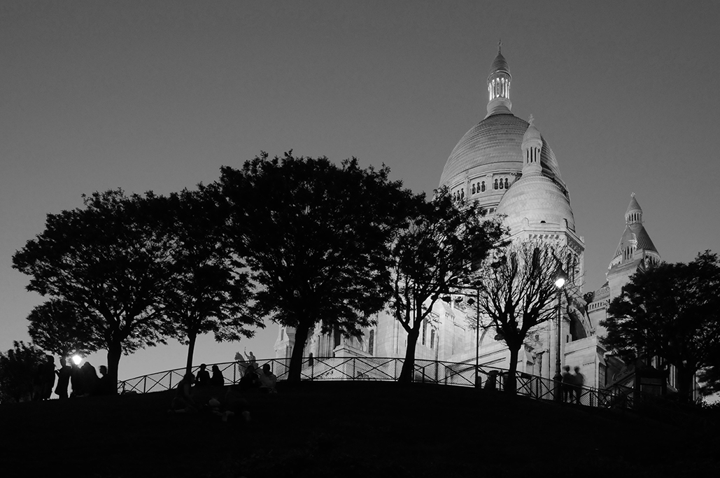 Vista nocturna de la colina de Montmartre y basílica de Sacre Coeur