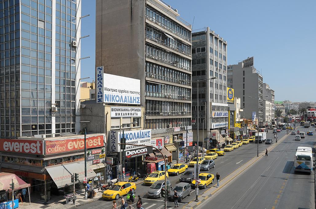 Ambiente en una principal avenida urbana cerca del Pireo