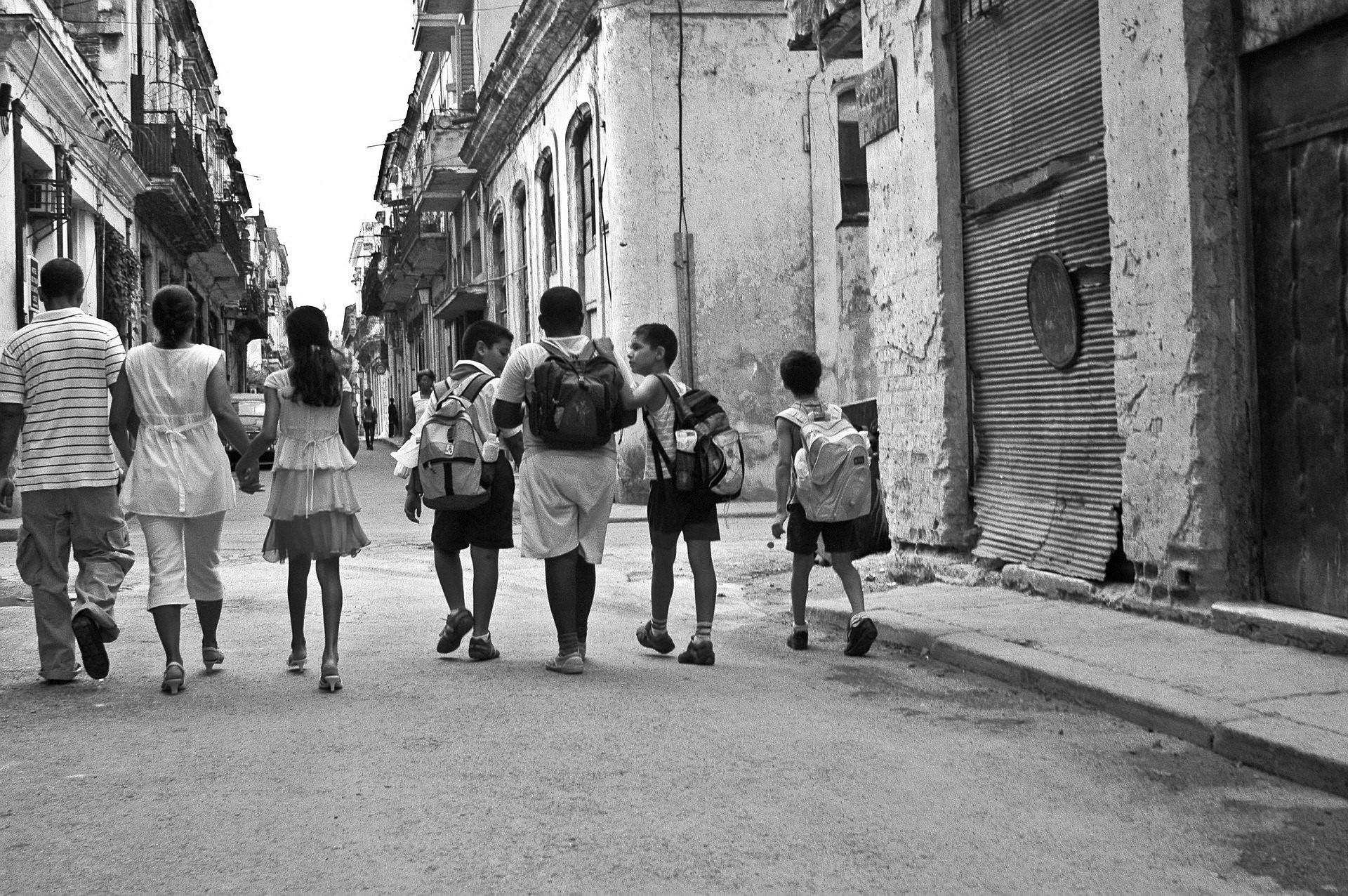 Niños caminando por Cuba
